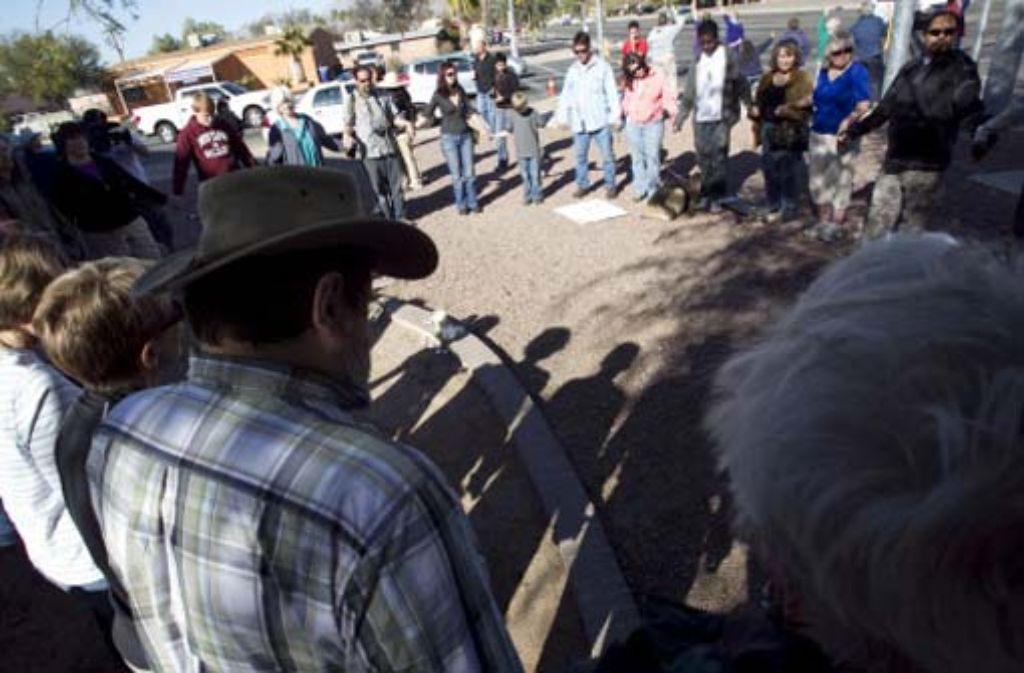 Das Entsetzen ist groß: Menschen haben sich vor dem Büro von Gabrielle Giffords in Tucson versammelt. Foto: ddp