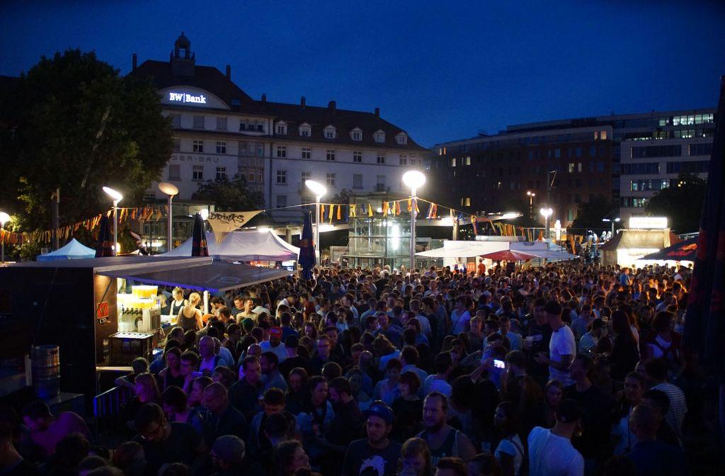 Auf dem Marienplatz wurde am Freitagabend das Wochenende eingeläutet.  Foto: Andreas Rosar Fotoagentur-Stuttgart