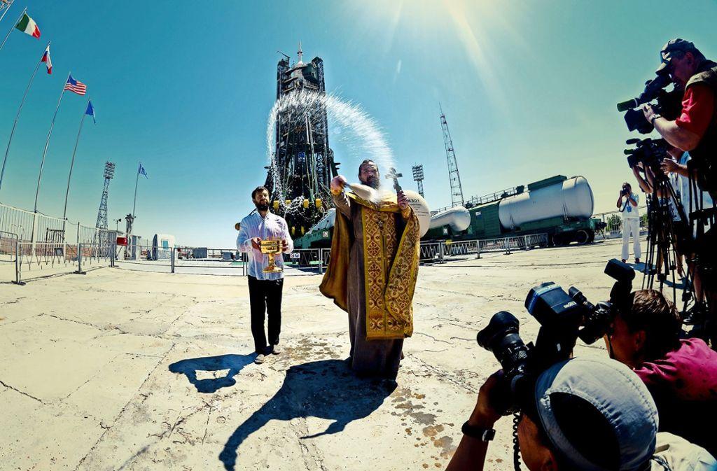 Ein orthodoxer Priester segnet die Sojus-Rakete, mit der Alexander Gerst fliegt. Foto: Esa