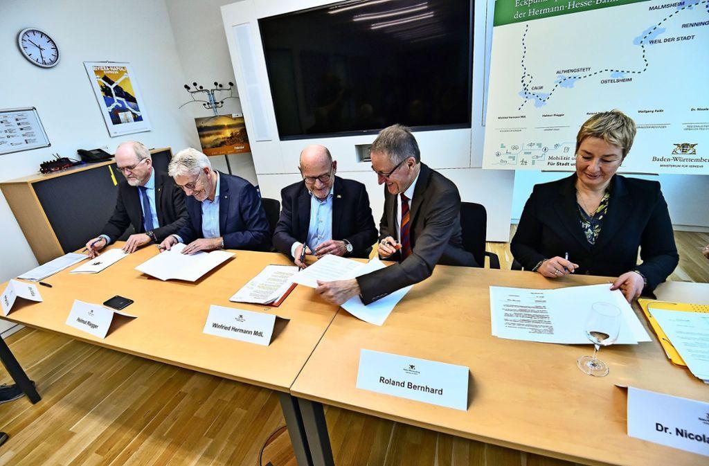 Das Eckpunktepapier ist unterschrieben. Der Streit um die Hesse-Bahn ist damit beigelegt. Foto: Lichtgut/Leif Piechowski