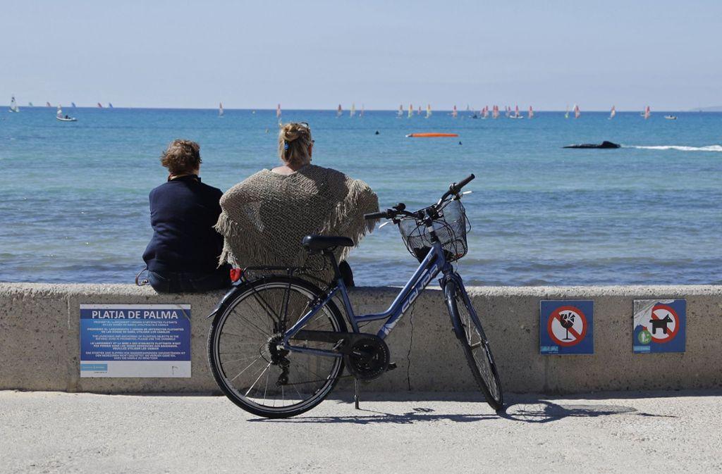 Am Strand von Arenal erinnern schon jetzt Verbotsschilder: Alkohol verboten, Hunde verboten. Foto: dpa