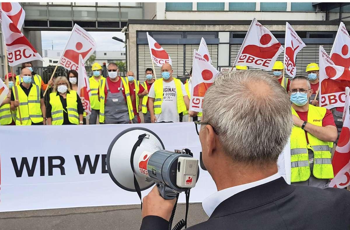 In einer Pause demonstrieren rund 30 Beschäftigte der Flint Group am Standort in Feuerbach gegen den geplanten Stellenabbau. Zu ihnen spricht Andreas Klose von der Industriegewerkschaft Bergbau, Chemie, Energie. Foto: Daniel Gräfe