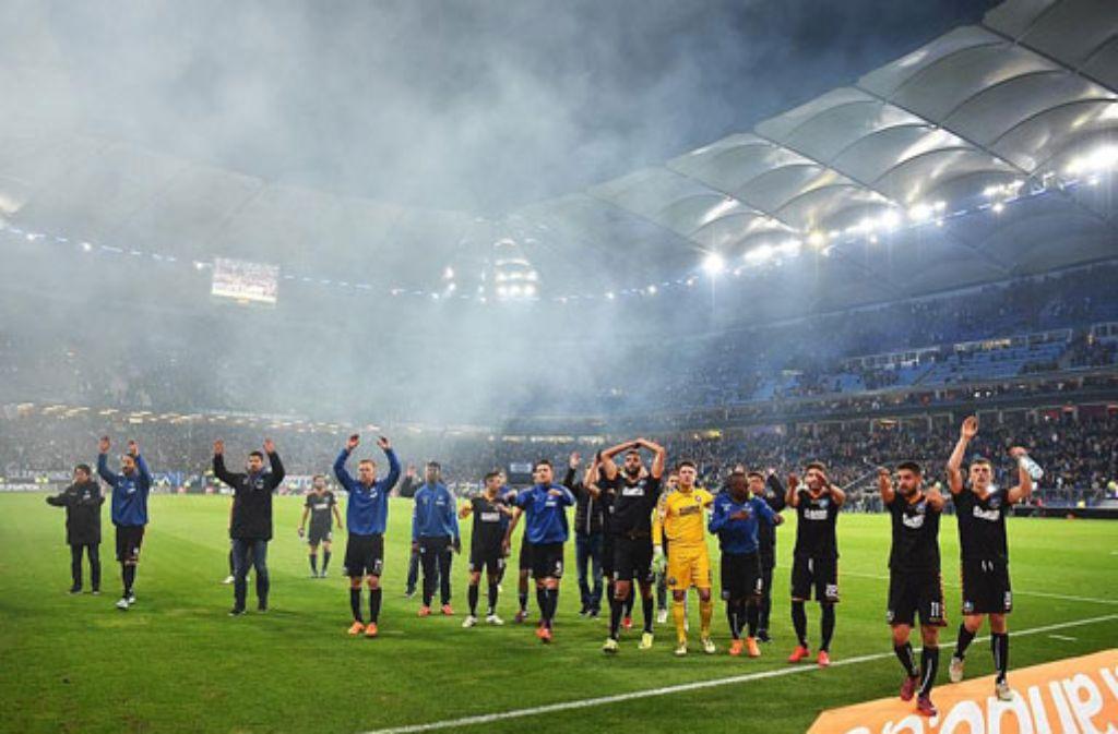 Die Spieler des KSC bedanken sich nach dem 1:1 gegen den HSV am Donnerstagabend bei den Fans. Beim Rückspiel am Montag in Karlsruhe befürchtet die Polizei Krawalle. Foto: Getty Images