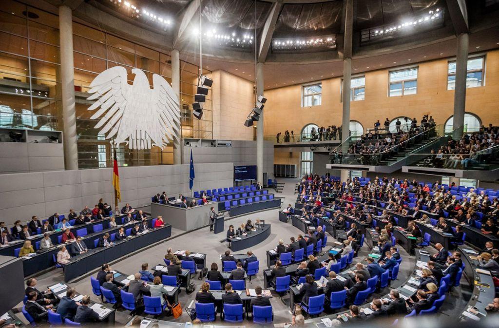 Nachts im Bundestag ist es  fast nie so  voll, wie auf diesem Bild. Aber es wird getagt,  oft bis tief in die Nacht. Das schlaucht viele Abgeordnete. Foto: dpa/Michael Kappeler