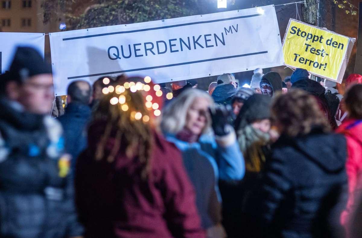"""Die Bewegung """"Querdenken"""" ist vor allem im Südwesten gut vernetzt. Tritt aber auch im Norden auf. Wie hier in Mecklenburg-Vorpommern. (Archivbild) Foto: dpa/Jens Büttner"""