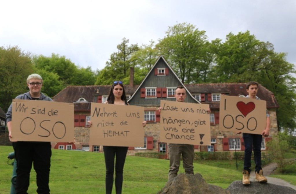 Lehrer und Schüler der Odenwaldschule demonstrieren am Samstag gegen die Schließung der 105 Jahre alten Reformschule.  Foto: dpa