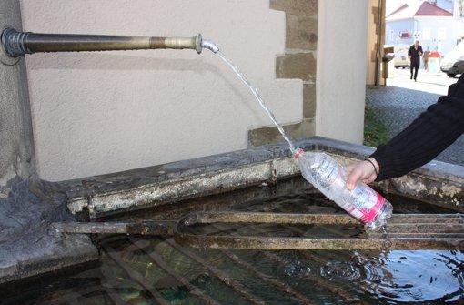 Die Cannstatter lieben ihr Mineralwasser – zumindest, wenn es nicht gerade ungehindert in den Keller des Wohnhauses sprudelt. Foto: Annina Baur