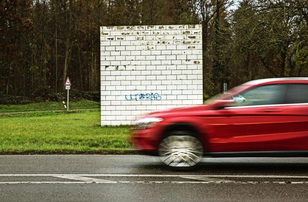 Längst haben sich die Menschen  an die weißen Wände von Sol LeWitt  gewöhnt.  Allerdings  bedarf nicht nur die Skulptur bei  Kemnat dringend einer Sanierung. Foto: Horst Rudel