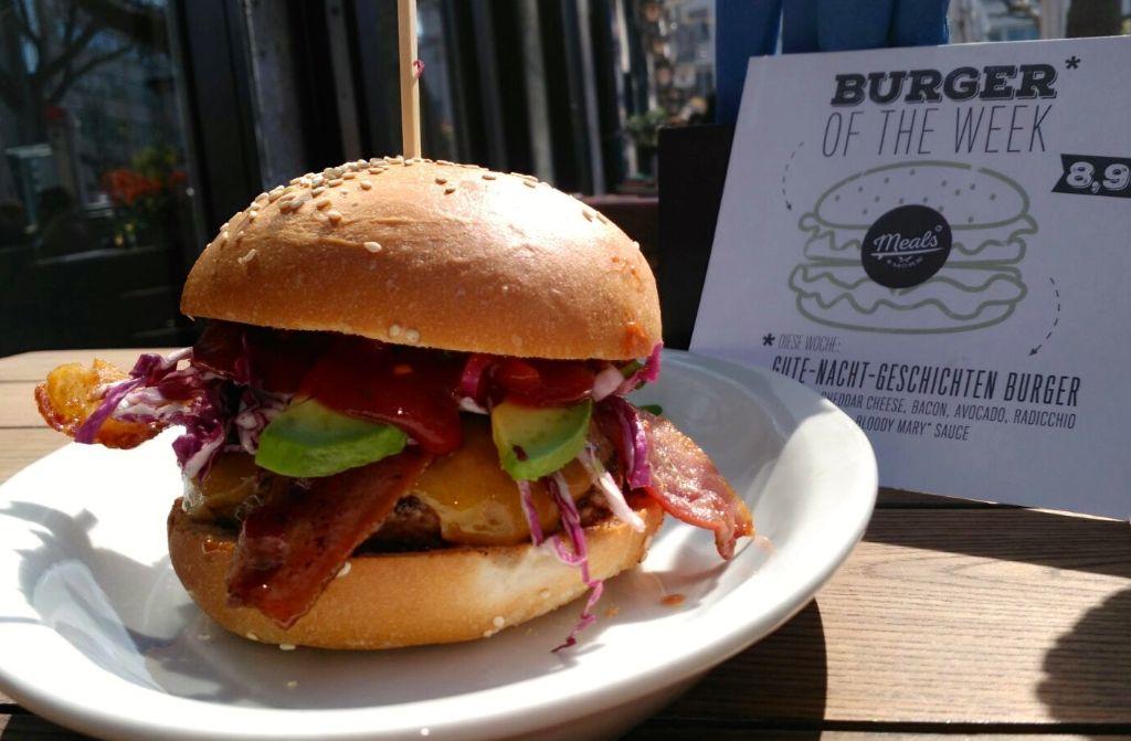 Da ist das Ding: Unser Gute-Nacht-Geschichten Burger wird bis Sonntag im Schräglage Meals & More serviert. Foto: Schräglage Meals & More