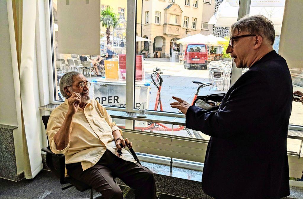 Gerson da Cunha (links) im Gespräch mit Thomas Koch von der Oper im Stadtbüro am Hans-im-Glück-Brunnen. Foto: Jürgen Brand