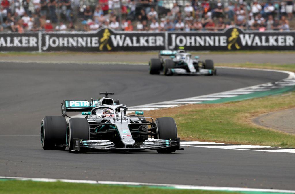 Lewis Hamilton gewinnt in Silverstone. Sebastian Vettel ist abgeschlagen. Foto: dpa