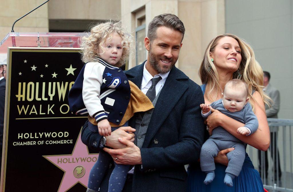 Der kanadische Schauspieler Ryan Reynolds mit seiner Familie bei der Enthüllung des Sterns auf dem Walk of Fame in Hollywood. Foto: