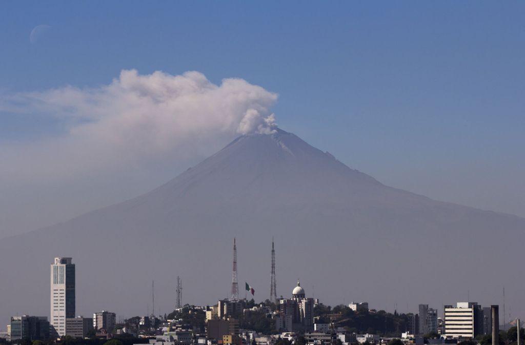 Der Vulkan Popocatépetl südöstlich von Mexiko-Stadt hat eine hohe Rauch- und Aschewolke ausgespuckt. Foto: dpa/NOTIMEX