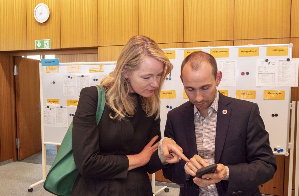 DIe Landtagsabgeordnete Thekla Walker und Böblingens Oberbürgermeister Stefan Belz (beide Grüne) checken die Ergebnisse – und freuen sich. Foto: factum/Weise