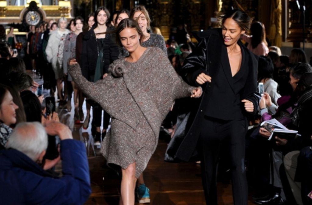 Sonst ist Topmodel Cara Delevingne immer verdammt cool - bei der Stella-McCartney-Schau in Paris ging sie richtig aus sich heraus. Foto: Getty Images Europe