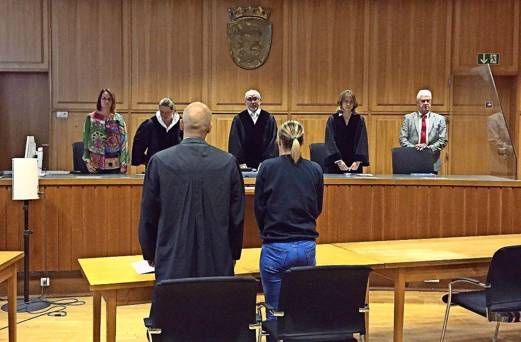Der Richter Roland Kleinschroth (Mitte) verkündet das Urteil im Strafprozess gegen die 30-Jährige. Foto: dpa