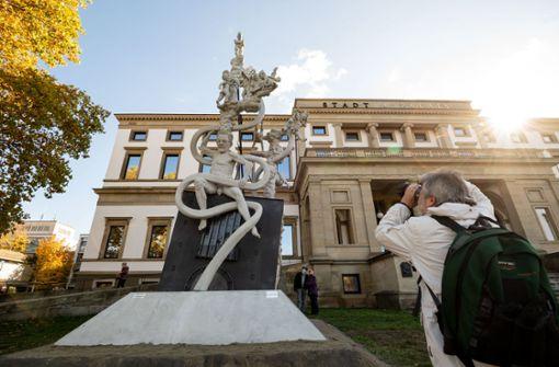 S-21-Skulptur vor dem Stadtpalais aufgebaut