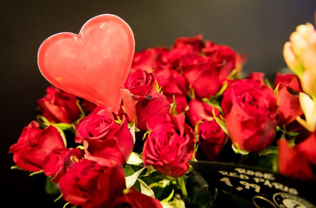 Am Valentinstag schenken viele ihrem Partner  Blumen oder Pralinen. Foto: dpa