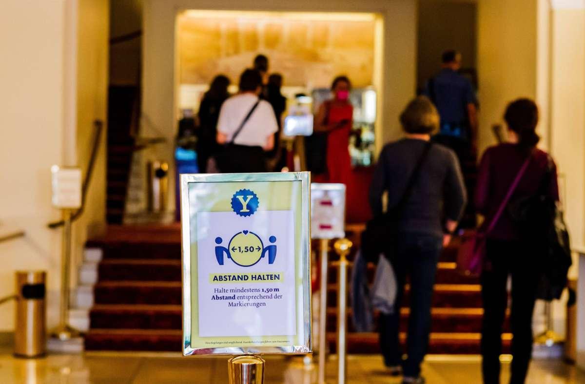 Mit Abstand am besten:  Bundesweit ist kein Fall bekannt, bei dem sich Menschen im Theater, Kino oder Konzert mit dem Coronavirus angesteckt haben. Foto: imago images/Xinhua