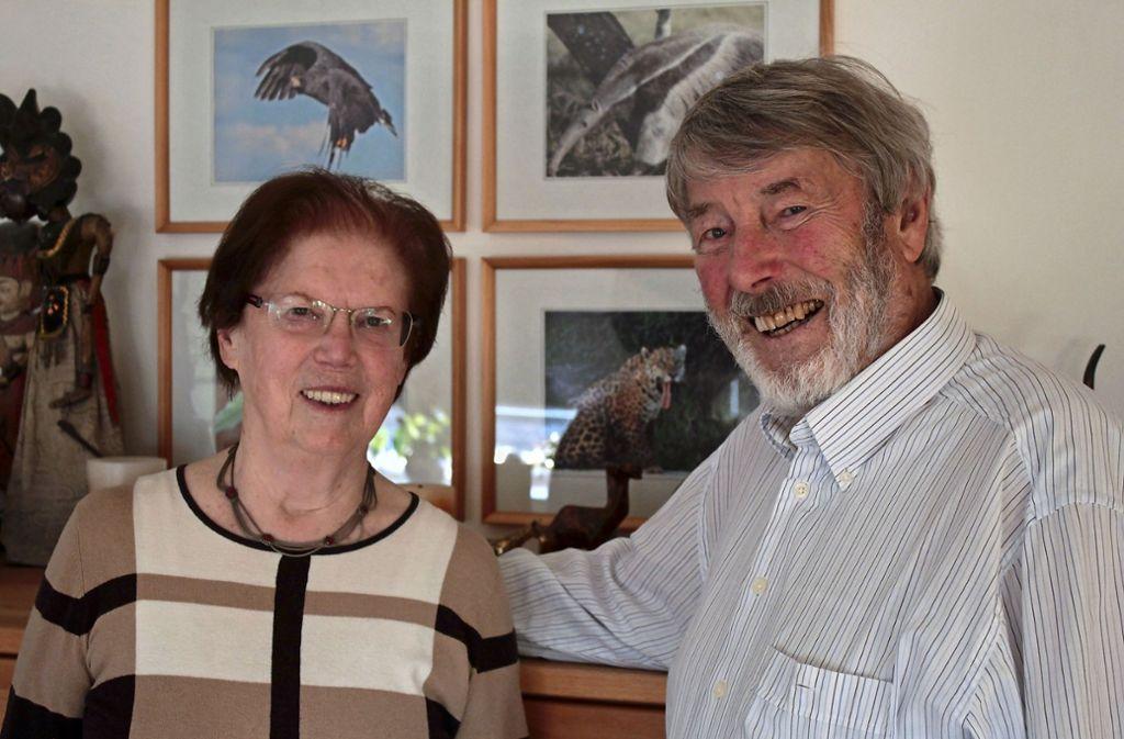 Helga und Heinz Höckh vor Naturaufnahmen, die auf ihren Reisen in aller Welt in der Wildnis entstanden sind. Foto: /Ralf Recklies