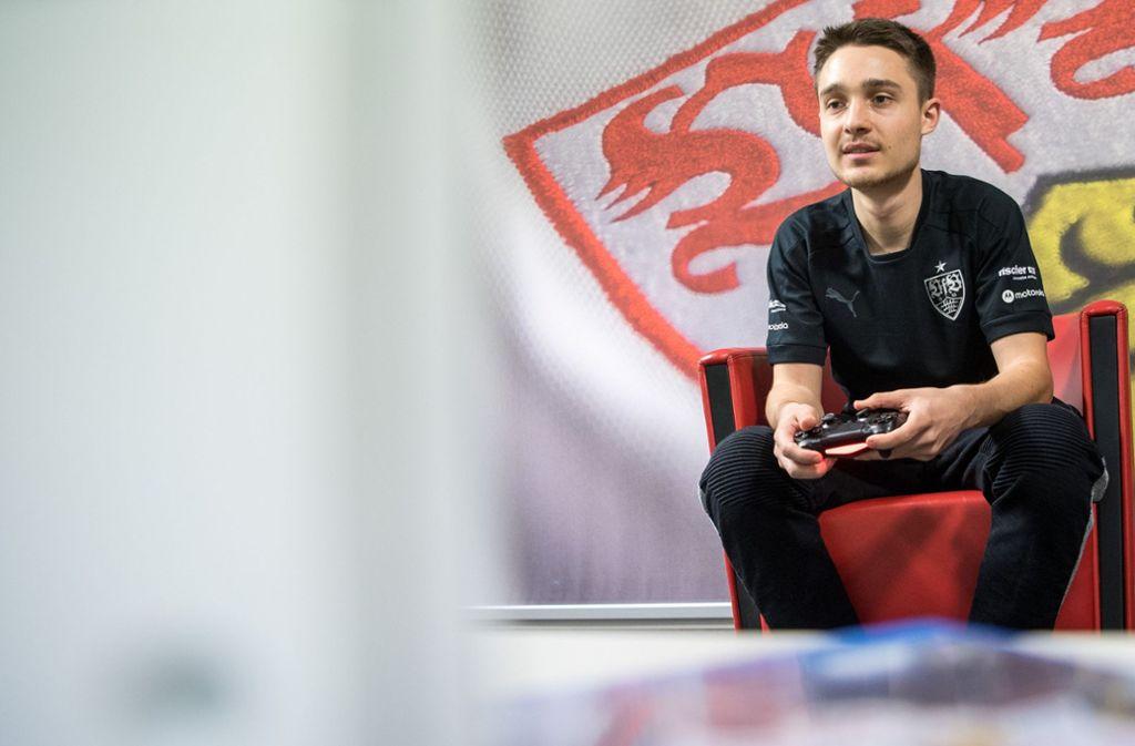 Marcel Lutz bedient  für den VfB Stuttgart den   Controller. Foto: dpa