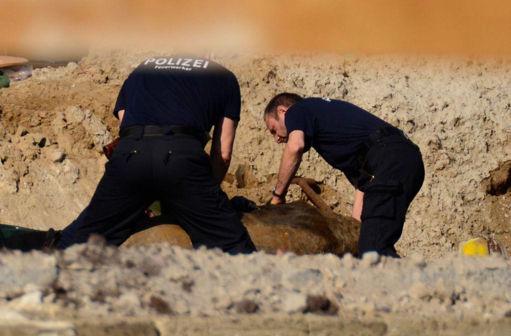 Experten bereiteten die Bombe auf die Entschärfung vor. Foto: dpa