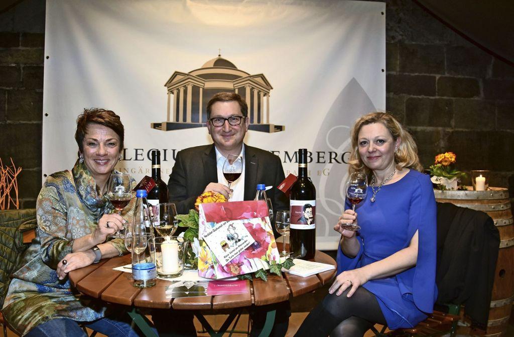 Sonja Faber-Schrecklein, Martin Kurrle sowie Geburtstagskind Natalie Lumpp (rechts) beim Weingespräch im Gewölbekeller Foto: