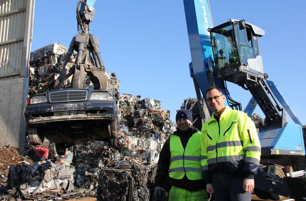 Kfz-Mechaniker Falih Awad (l.) und Geschäftsführer Stephan Karle: Auf dem  Betriebshof   der Karle Recycling werden  auch noch fahrtüchtige Dieselautos verschrottet. Foto: Georg Friedel