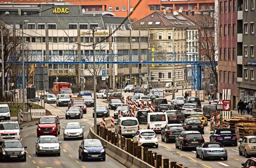 Die Verkehrsmenge am Neckartor müsste laut Gerichtsvergleich im nächsten Jahr an Feinstaub-Alarmtagen um 20 Prozent sinken. Foto: Lichtgut/Max Kovalenko