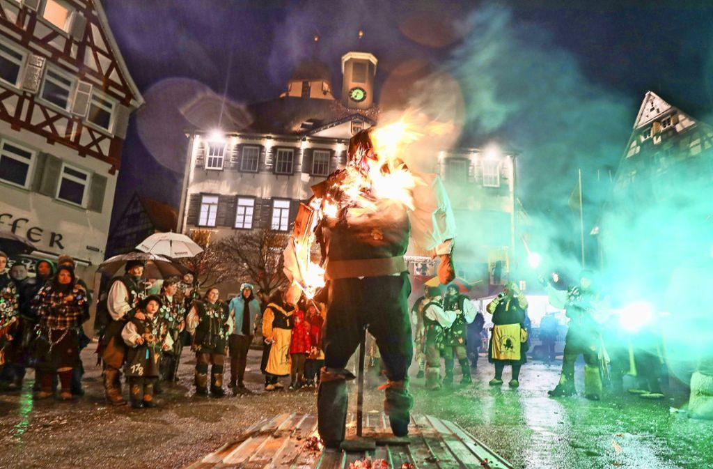 Der Herrenberger Gnom als Symbol der Fasnet brennt. Foto: factum/Simon Granville