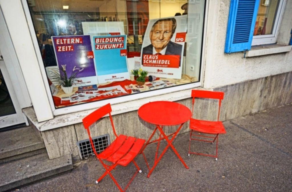 Ein Bild mit Symbolcharakter: leere Stühle vor dem Haus der SPD in Ludwigsburg. Die Sozialdemokraten stellen im Kreis keine Landtagsabgeordneten mehr. Foto: factum/Weise