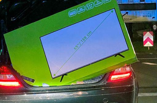 Mercedes SLK mit 55-Zoll-TV überladen – Beifahrerin als Sicherung