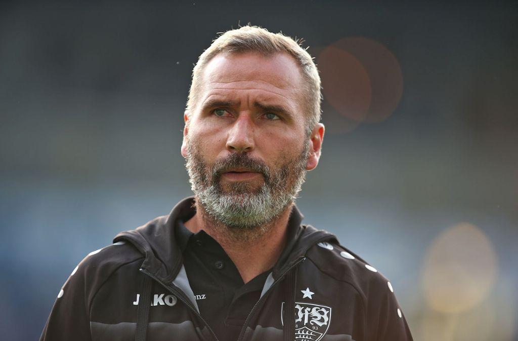 VfB-Trainer Tim Walter musste schon früh in Rostock seine Elf umbauen. Foto: Pressefoto Baumann