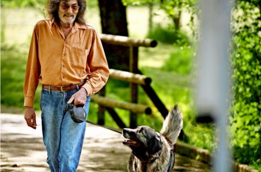 Der Hundefreund  Hartmut Deckert verwendet keine Bello-Beutel. Foto: Gottfried Stoppel