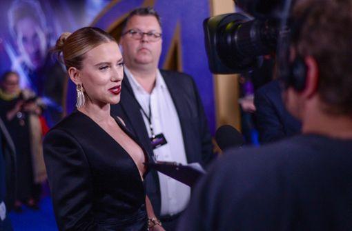 Scarlett Johansson zeigt sich im extravagantem Outfit