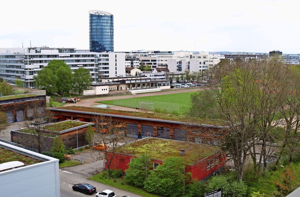 Auf dem Fußballplatz im Hintergrund soll bis 2020 ein Bürokomplex entstehen. Unter Umständen muss aber auch die Müllabfuhr mit ihren orangefarbenen Lastwagen  im Vordergrund weichen. Foto: Rüdiger Ott