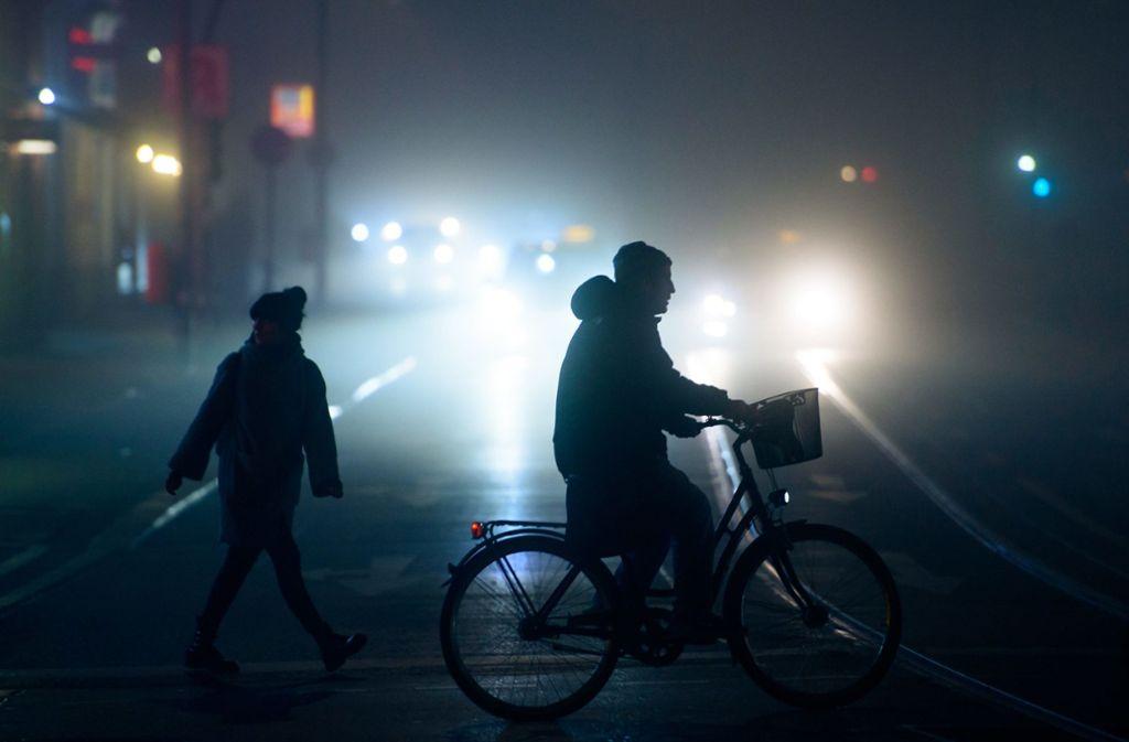 Die Unfälle ereigneten sich am frühen Morgen und am Abend – dunkel gekleidete Fußgänger können in der Dunkelheit übersehen werden. Foto: dpa/Gregor Fischer