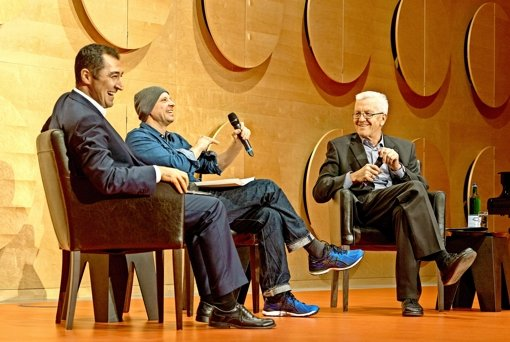 Intendant Armin Petras (mi.) im Gespräch mit Cem Özdemir  (li.) und Ministerpräsident Winfried Kretschmann. Foto: factum/Weise
