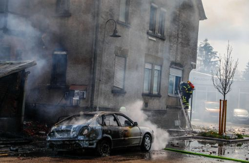 Haus brennt nieder – Schaulustige behindern Löscharbeiten