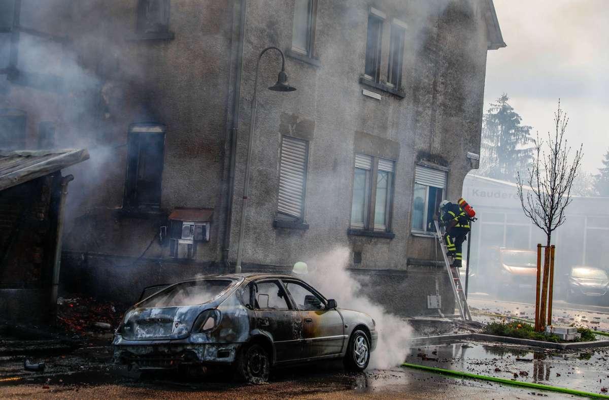 Die Hitze des Großbrandes zerstörte   ein Auto. Foto: /7aktuell.de | Christina Zambito