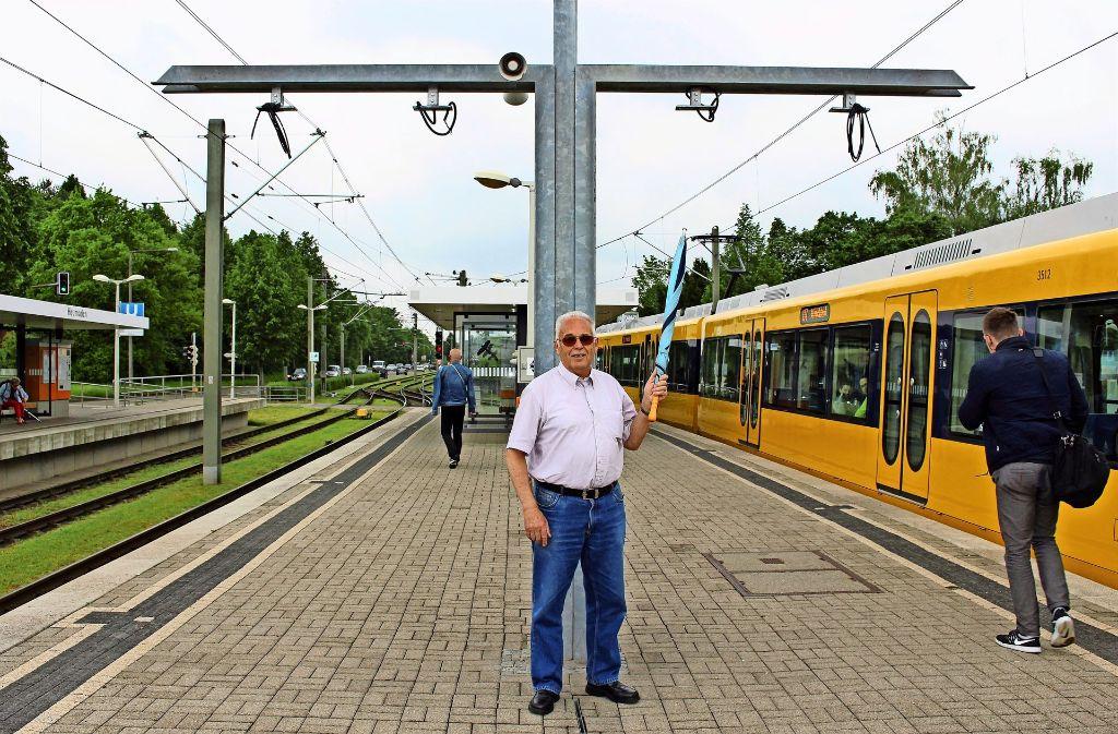 Siegfried Heinold ist genervt: Die Anzeigetafeln fehlen seit Monaten. Foto: Caroline Holowiecki