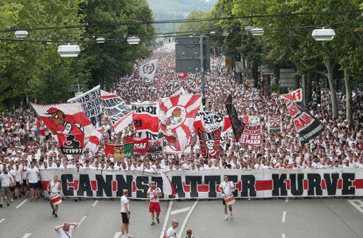 Tausende VfB-Fans marschieren zum Stadion