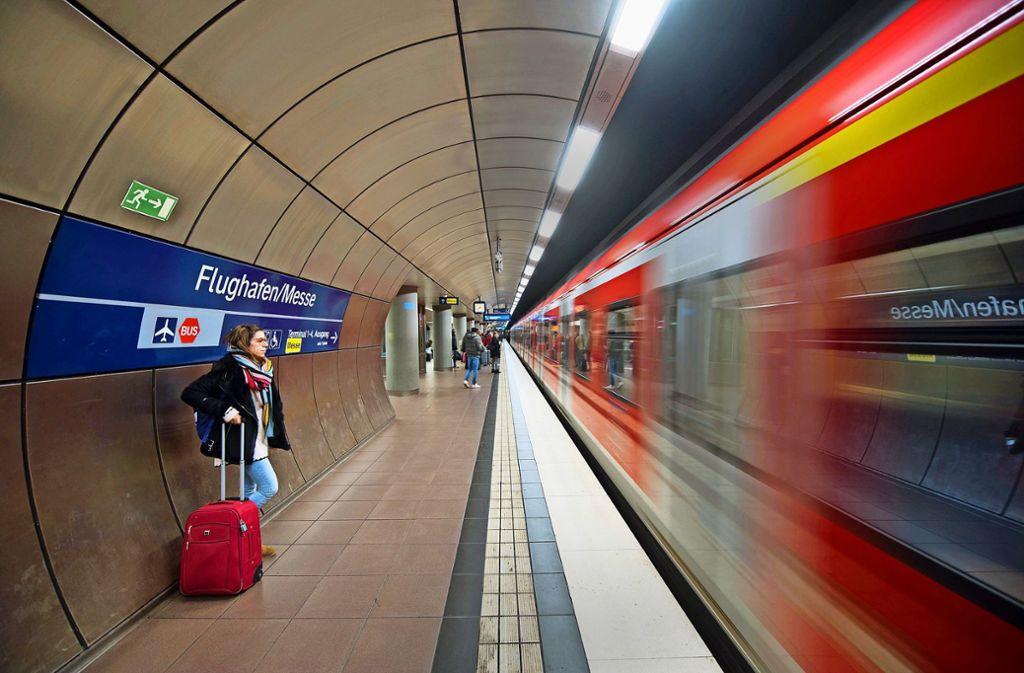 Die S-Bahn bringt zahlreiche  Passagiere bis direkt unters Terminal des Landesflughafens. Foto: dpa