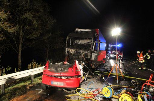 Autofahrerin stirbt nach Frontalzusammenstoß mit Lkw