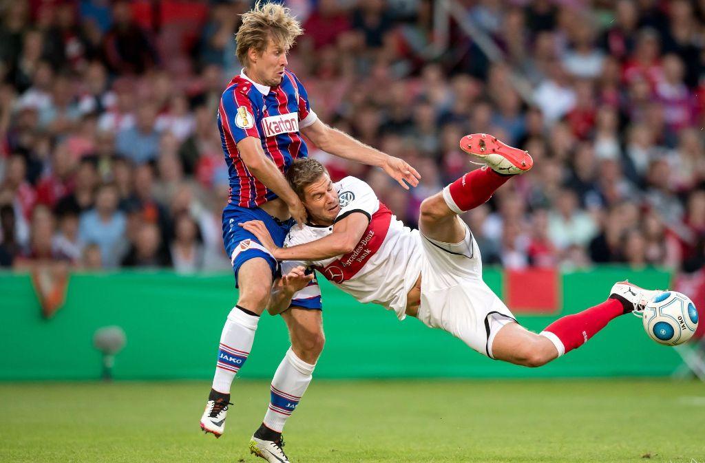 Energies Marc Stein (l.) und Stuttgarts Simon Terodde kämpfen um den Ball. Foto: dpa