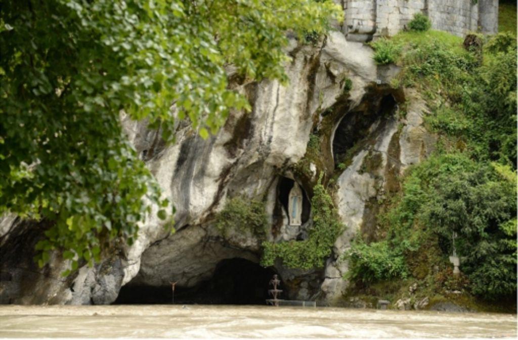 Dreckwasser und Schlamm: die berühmte Grotte ist schwer beschädigt. Foto: EPA