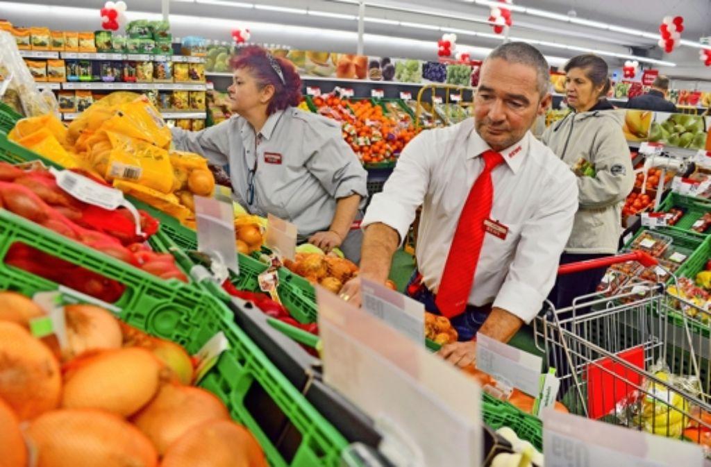 Marktleiter Harald Prinz und seine Mitarbeiter haben am ersten Öffnungstag im Rewe-Verkaufszelt alle Hände voll zu tun. Foto: Norbert J. Leven