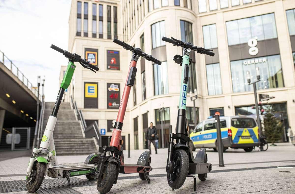 Seit mehr als einem Jahr rollen E-Scooter durch Stuttgart. Nun tauchen sie erstmals in der Unfallstatistik auf. Foto: 7aktuell.de/Simon Adomat