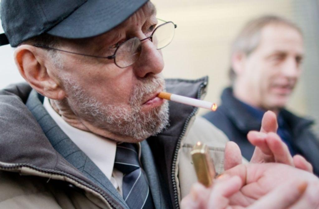 Er genießt seine Zigarette: Der rauchende Mieter Friedhelm Adolfs (75). Foto: dpa