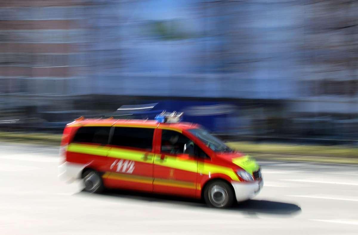 Feuerwehreinsatz auf einem Firmengelände in Weil/Schönbuch am späten Mittwochabend. Die Feuerwehr kann den Brand jedoch löschen Foto: dpa/Stephan Jansen
